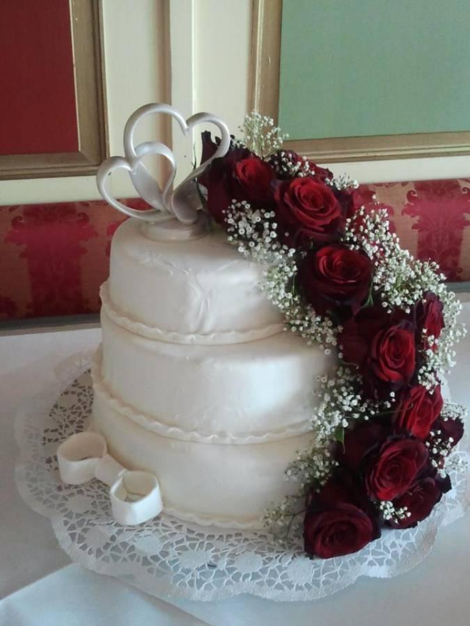 Hochzeitstorte Mit Fondant Der Gepragt Ist Und Mit 18 Echten