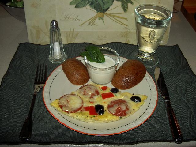 low carb eierkuchen mit sucuk oliven und k se. Black Bedroom Furniture Sets. Home Design Ideas